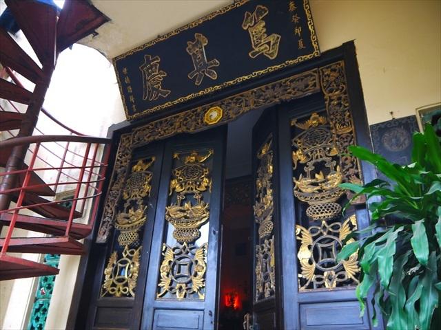 その背後には仰々しい門、きっと先祖を祀る祠だろう。