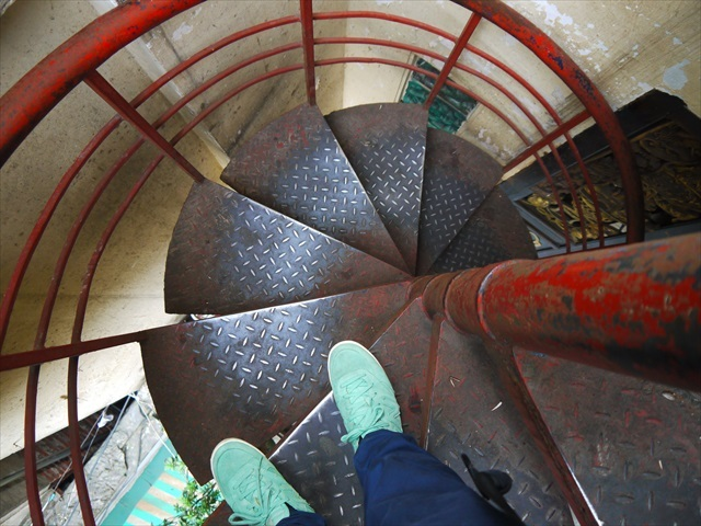 あとから増設されたらしき螺旋階段を登っていくと…。