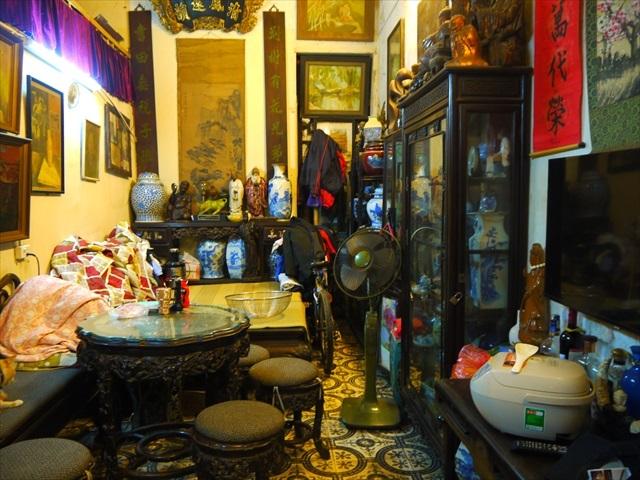 オーナーの部屋には年季の入った調度品がギッシリ。