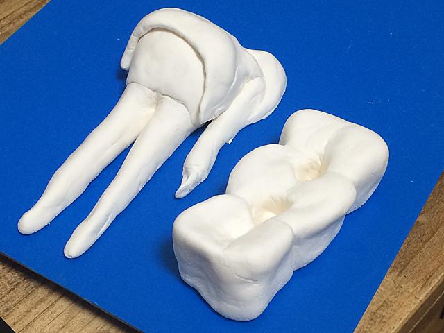 余った粘土で彼女を立たせるための歯型のスタンドもつくった。