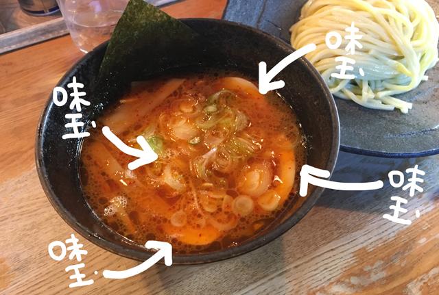 届いたラーメン(っていうかつけ麺)のスープの中に、たまご2個分ごっそりと沈んでいた。半分にカットされているから4つも
