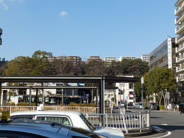 高台にはマンションが並ぶ。「ドルフィン」はあの丘の上にあるのだろうか