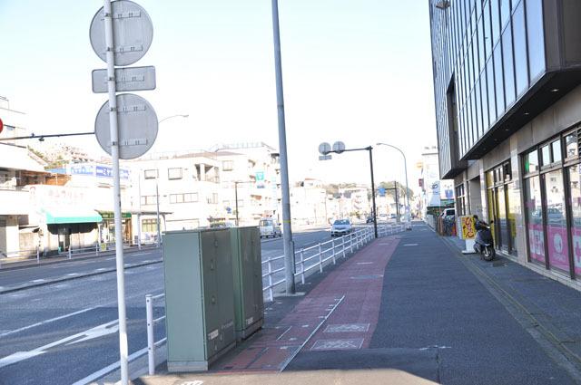 根岸駅前の大通りを山手方面へと進む