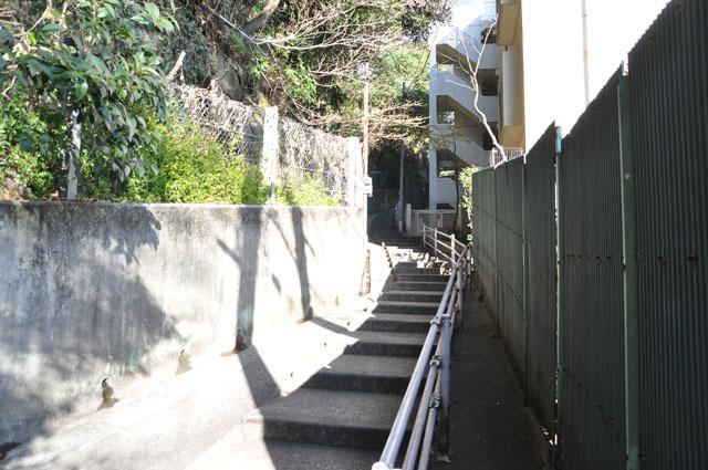 切り立った斜面に沿って細い階段が続いていた