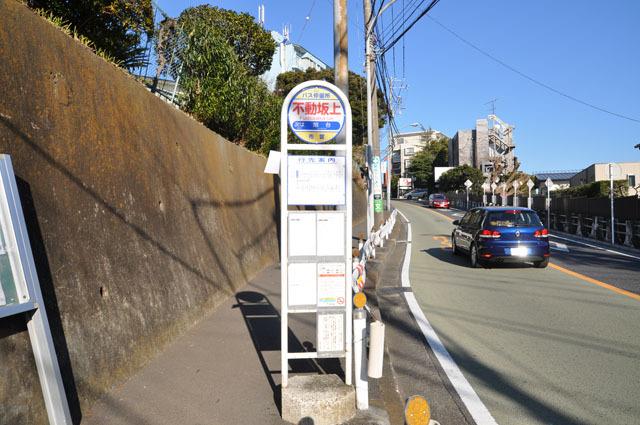 根岸駅からは上り坂が続くので、バスを利用する人も多いという