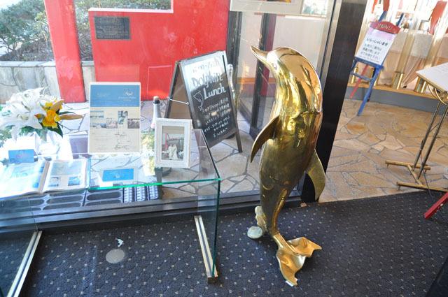 店内に入ると金色のイルカのオブジェが置かれていた