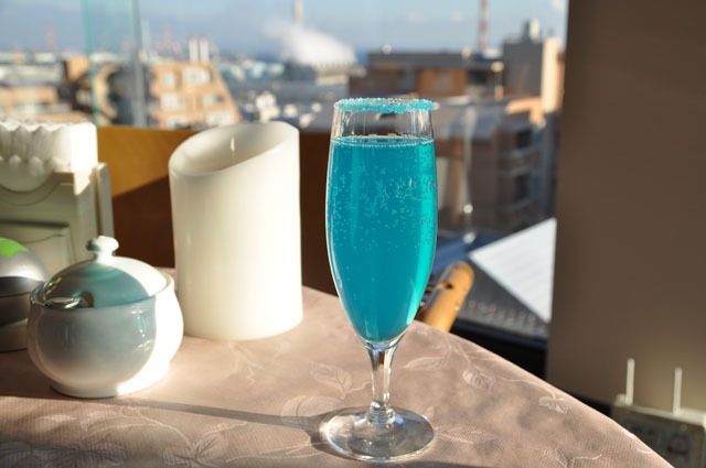 ブルーキュラソーにシャンパンをプラスした「海を見ていた午後」