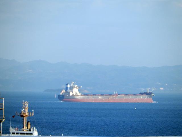 房総半島を背に貨物船が進む。思わずその様子を無言で見つめてしまう