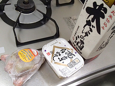 鳩肉、西京白みそ、日本酒。白みそはこの味噌でいいのかは怪しいが、とにかくこれで作る。