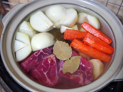ストーブは土鍋も似合います。