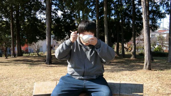 まるでどんぶりめしを食べるかように生クリームを食べつつ、牛乳を飲む。