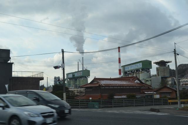 伊佐セメント工場は山間の町に突然現れる