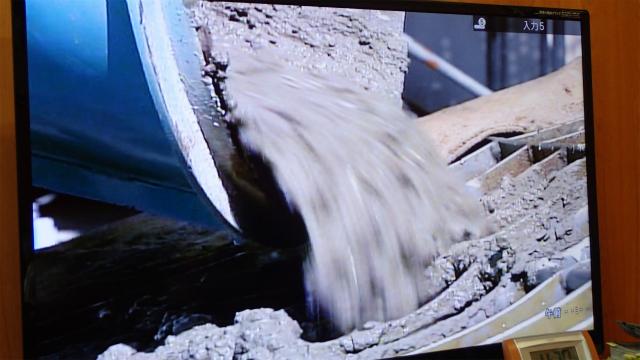 セメントに水などを混ぜて生コンの完成