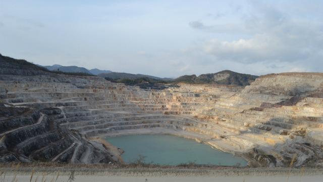 石灰石の鉱山、でかくて寒かった