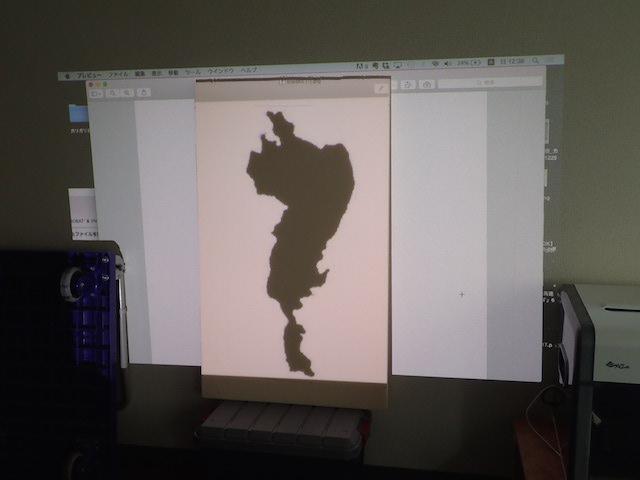続いて、琵琶湖の画像をプロジェクターでカネライトフォームに投影。