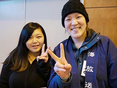 左が「新婚さんいらっしゃい!」に出そびれた坂本さん(22)。奥さん同士で喋ってたところを撮らせてもらった