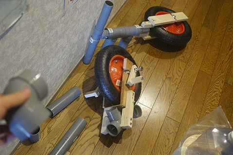 The front wheel with the handlebar and the rear wheel with pedals are ready.