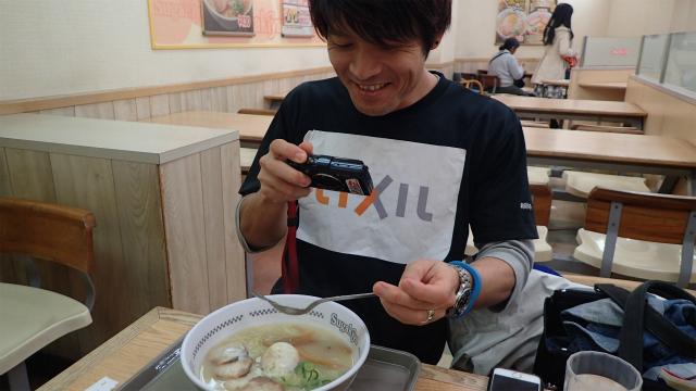 うれしそうにスガキヤスプーンの写真を撮る愛知県出身者