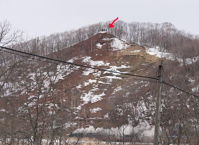 ベストアングルのために近くの山に登っている人達。めちゃめちゃ寒いだろうな。