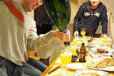 通常、ベルギービールなどでは瓶底にオリが溜まっているので、少しだけ残して注ぎますが、飲みほした感を味わいたいので全部注ぐ。