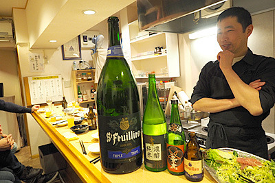 日本酒の1升瓶、四合瓶と並べてみたが、1升瓶が頼りなく見える大きさ。デカいビールはサイズ感が狂って笑える。