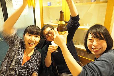 チームデイリーポータル。既にデカいビールが空いて普通サイズのビールを飲み始める。