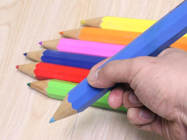 巨大色鉛筆、ダイソーでも売ってる。もちちろん1本100円だ。