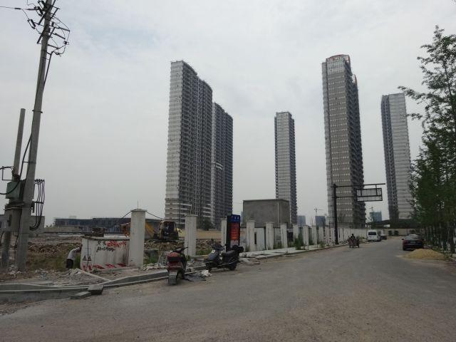 どこの都市でも田舎の中心町でもこんな高層ビルが建てられる。 うーん、でかい!