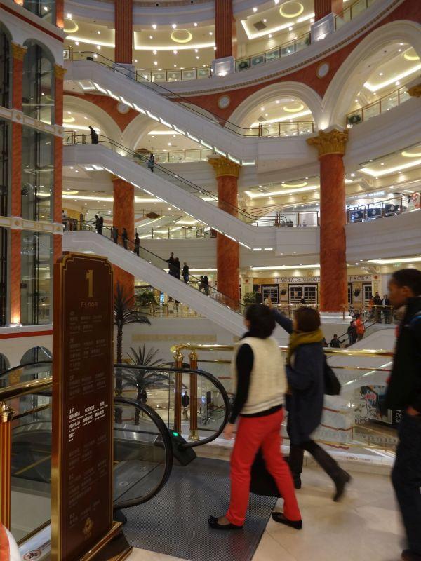 中国もデパートからショッピングセンターへ。 でもってどんどんでかいのができている。