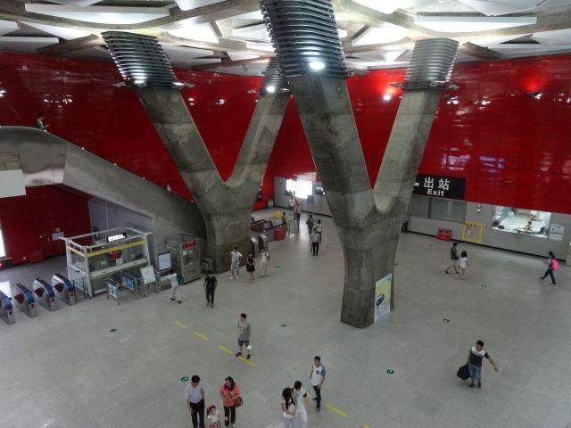 乗換のない地下鉄駅でまれにこんなでかい駅も。