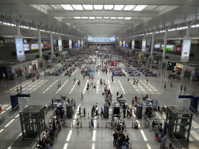 中国版新幹線の駅ともなれば空港か!と思うでかさ。 奥まで延々と乗車を待つ人々の待合室だ。