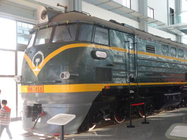 もちろん大陸の鉄道は大迫力。古いほうがでかい感じが。 鉄道博物館で下から見るとなおのことでかい。