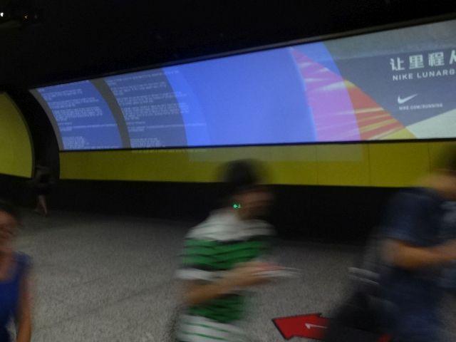 ハイテク広告もでかい。 そして出る青画面のエラー画面もスケール(実測)がでかい。