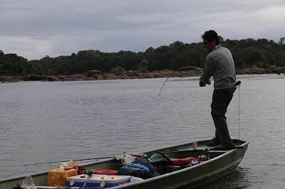 あ、釣れてる!でも何が上がってくるかはまだわからない。
