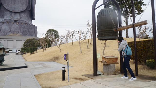 石川が道の脇に設置されている鐘をつくという。「ゴーン」