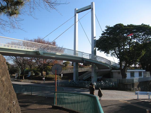 1970(昭和45)年に野毛山動物園歩道橋(フリー画像より)
