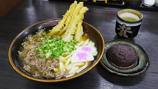 北九州に行ったらぜったい食べてほしい資さん(すけさん)うどん。うどんとぼたもちのセットが定番なのだとか。24時間営業でぬかりなしです。(安藤)