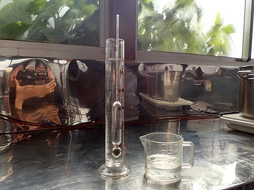 かんすいの濃度はボーメ計(ヘラブナ釣りのウキみたいなやつ)という道具で測り、水で薄めたものを打ち水と呼ぶ。梘粉の場合、水に溶かしてすぐはガスが出て匂いが強く、また熱を持っているため、2~3日後に再度撹拌しての使用を推奨。