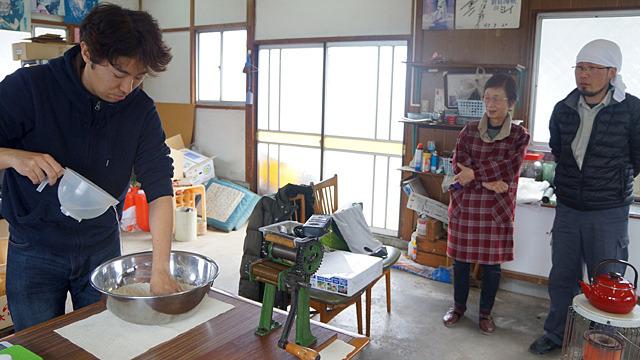 以前は業務用製麺機のあった部屋を借りて、梘中麺工業のかんすいを使って麺を打つ。