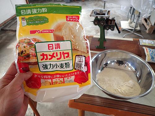 小麦粉に個性がありすぎても変化がわかりにくいので、特に中華麺用ではないスーパーで買ったカメリヤ強力粉を使用。