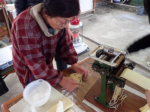 「打ち粉は両端の切り口に付けてまぶすのよ。製麺機の掃除は私の役割だったわー」と懐かしがる社長。