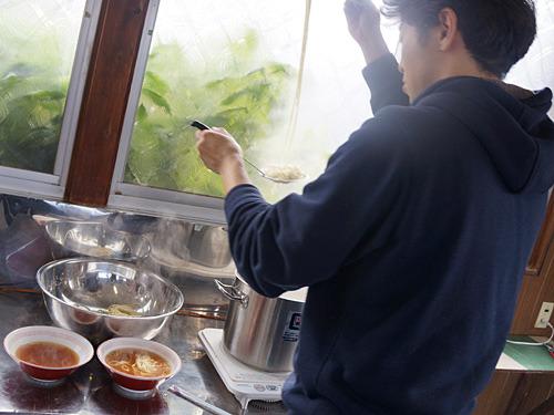 本当は麺を2~3日寝かせた方がうまいそうだが、時間が無いのですぐに茹でる。スープは梘中麺工業の「中華練スープ」を使わせていただいた。