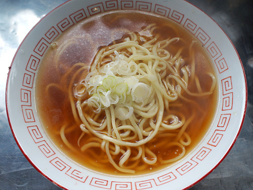 強力粉1キロに対して打ち水400グラムで作った中太ストレートの中華麺。