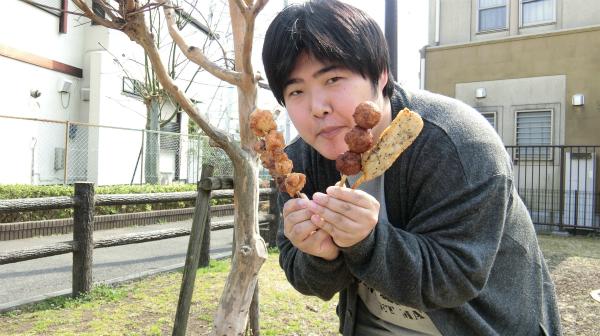 焼き鳥を4本持ったときに訪れるという食いしん坊さんが公園にやってきた。