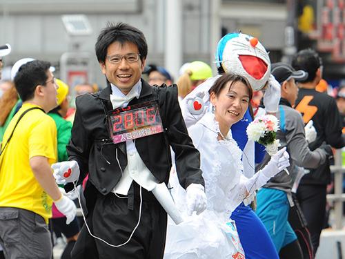 柴山さんは夫婦でもハイタッチカウンターを付けて走ったことがある。奥さんのハイタッチ数は赤外線で柴山さんのカウンターに飛ばして加算した。
