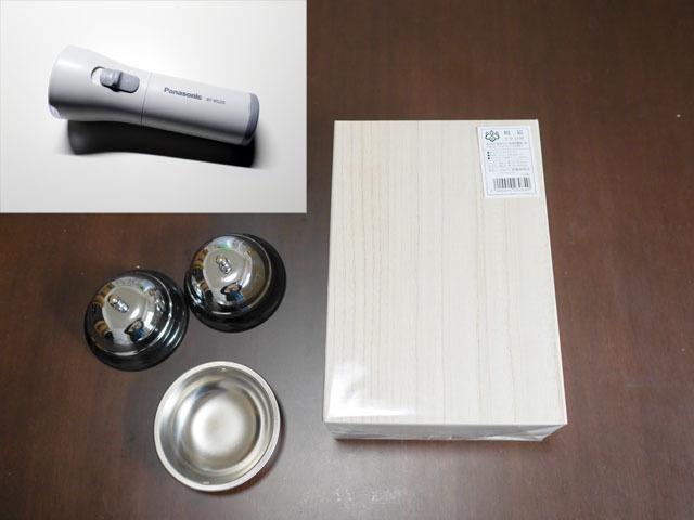 木の箱、ベル、ステンレス皿、懐中電灯。これからコロ助でも作るのかというようなラインナップ