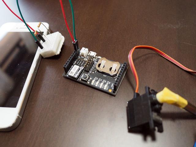 もちろんそれだけではなくて、電子部品もある。肝になるのは「konashi」という、マイコン搭載の通信モジュール。これを使うと、Bluetooth経由でiPhoneと連動するガジェットが簡単に作れる