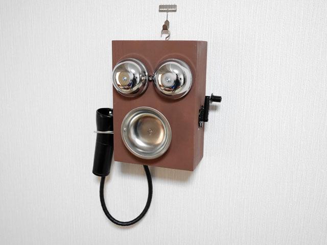 組み上がった電話機を壁に掛ける。これで昔の電話風iPhone用ガジェットの完成!