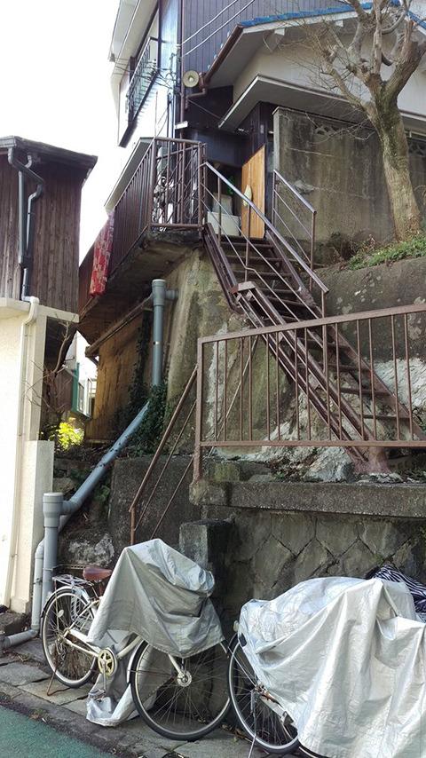 怖い階段は、工事現場とか神社とか、そういう非日常だけに潜んでいるわけじゃない。 普通に、暮らしのあちこちにもあるんですよ。