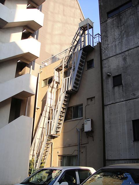 これもマジかと言いたい非常階段。マジかー。
